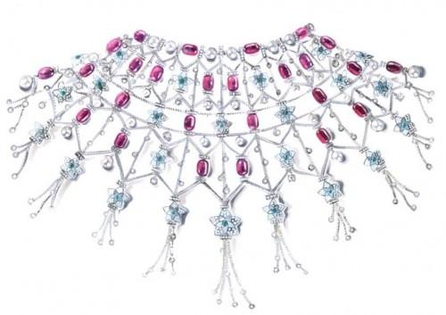 BVLGARI 高級珠寶白金斗蓬頸鏈,鑲有珍珠母貝元素,46 顆紅碧璽圓珠(213.77 克拉),62 顆「Akoya」白色養殖珍珠,41 顆圓形祖母綠(5.02 克拉),28 顆圓形鑽石(11.39 克拉),圓形鑽石和鋪鑲鑽石(42.45 克拉)